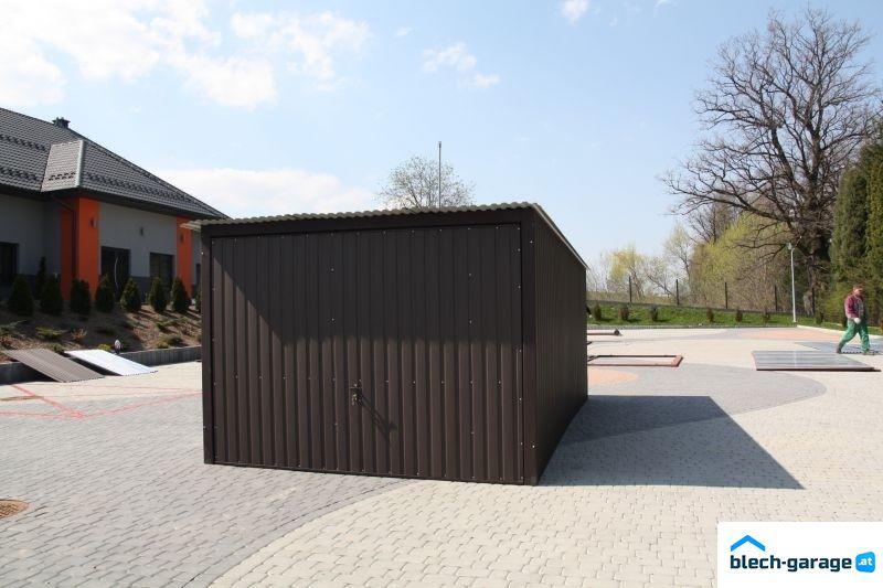 Színes mobilgarázs hátrafelé lejtő tetővel billenőkapuval